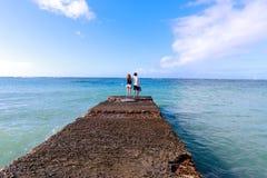 Pares jovenes que miran el mar en Honolulu, Oahu, Hawaii imagen de archivo