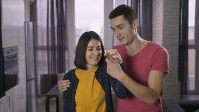 Pares jovenes que muestran nuevas teclas HOME a la cámara almacen de metraje de vídeo