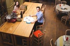 Pares jovenes que pasan tiempo en casa en la cocina foto de archivo libre de regalías
