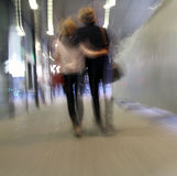Pares jovenes que recorren en una calle Imagen de archivo libre de regalías