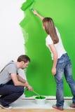 Pares jovenes que redecoran su nuevo hogar Imágenes de archivo libres de regalías