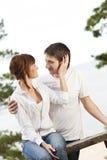 Pares jovenes que se besan al aire libre Foto de archivo libre de regalías
