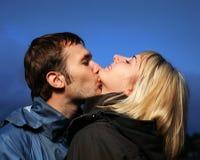 Pares jovenes que se besan al aire libre Fotos de archivo libres de regalías