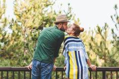 Pares jovenes que se besan en el balcón Fotos de archivo libres de regalías