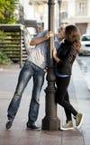 Pares jovenes que se besan en la calle Fotografía de archivo libre de regalías