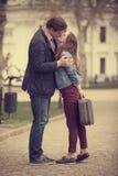 Pares jovenes que se besan en la calle Foto de archivo libre de regalías