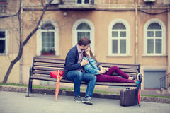 Pares jovenes que se besan en la calle Fotografía de archivo
