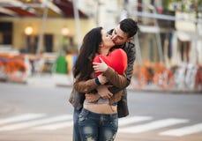 Pares jovenes que se besan en la calle Fotos de archivo libres de regalías
