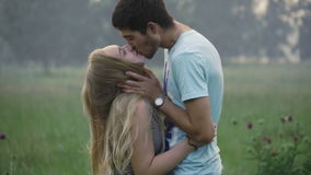 Pares jovenes que se besan en un claro del bosque almacen de metraje de vídeo
