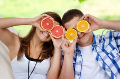 Pares jovenes que se divierten con las frutas Imagen de archivo