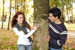 Pares jovenes que se divierten en el parque Fotografía de archivo