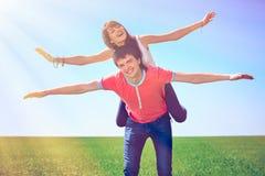 Pares jovenes que se divierten en el parque Foto de archivo libre de regalías