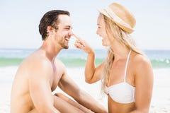 Pares jovenes que se divierten en la playa Fotografía de archivo