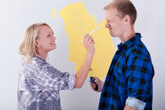 Pares jovenes que se divierten en su nueva casa Imagen de archivo libre de regalías
