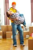 Pares jovenes que se divierten mientras que se mueve a la nueva casa Imagenes de archivo