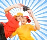 Pares jovenes que se fotografían Imagen de archivo