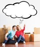Pares jovenes que se mueven en un nuevo hogar Imagen de archivo libre de regalías