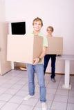 Pares jovenes que se mueven hacia fuera Imagen de archivo