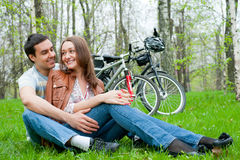Pares jovenes que se reclinan en un parque Fotos de archivo libres de regalías