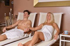 Pares jovenes que se relajan después de sauna Imagenes de archivo