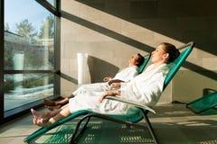 Pares jovenes que se relajan en balneario de la salud Fotos de archivo libres de regalías