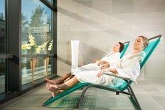 Pares jovenes que se relajan en balneario de la salud Fotografía de archivo