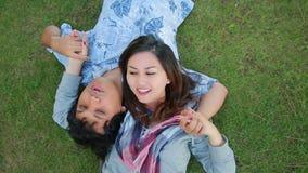Pares jovenes que se relajan en parque almacen de video
