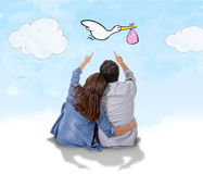 Pares jovenes que sientan junto el pensamiento en su bebé que viene en concepto del embarazo libre illustration