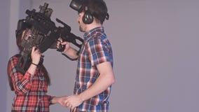 Pares jovenes que son felices sobre su triunfo en juego de la realidad virtual Fotos de archivo libres de regalías