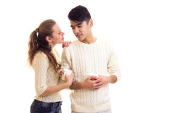 Pares jovenes que sostienen las tazas blancas Fotografía de archivo
