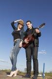 Pares jovenes que tocan la guitarra acústica Fotografía de archivo