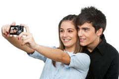 Pares jovenes que toman el retrato auto con la cámara. Fotos de archivo libres de regalías