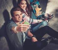 Pares jovenes que toman el selfie al aire libre Imagen de archivo libre de regalías