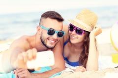 Pares jovenes que toman el selfie en la playa Fotos de archivo libres de regalías