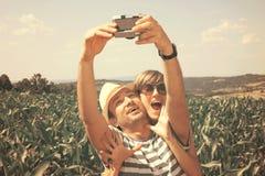Pares jovenes que toman el selfie, estilo del vintage Fotos de archivo