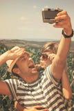 Pares jovenes que toman el selfie - estilo del vintage Imagen de archivo libre de regalías