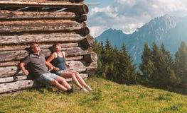 Pares jovenes que toman el sol en las montañas imágenes de archivo libres de regalías