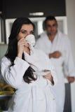 Pares jovenes que toman la taza fresca de la mañana de café Imagen de archivo libre de regalías