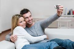 Pares jovenes que toman una foto Imágenes de archivo libres de regalías