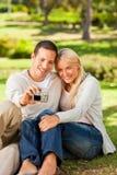 Pares jovenes que toman una foto de sí mismos Fotografía de archivo libre de regalías