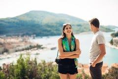 Pares jovenes que viajan y que visitan Europa Verano que viaja a Europa y a la cultura mediterránea Calles coloridas, paisaje urb Foto de archivo libre de regalías