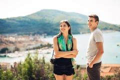 Pares jovenes que viajan y que visitan Europa Verano que viaja a Europa y a la cultura mediterránea Calles coloridas, paisaje urb Fotografía de archivo libre de regalías