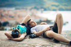 Pares jovenes que viajan y que visitan Europa Verano que viaja a Europa y a la cultura mediterránea Calles coloridas, paisaje urb Fotos de archivo
