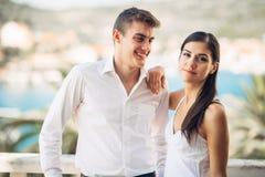 Pares jovenes que visitan el centro vacacional tropical honeymoon Vacaciones de los pares fotografía de archivo libre de regalías