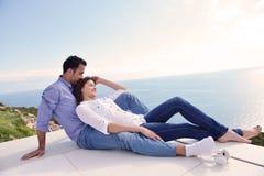 Pares jovenes relajados en casa Imagen de archivo libre de regalías