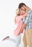 Pares jovenes románticos alrededor a besarse Imagen de archivo libre de regalías