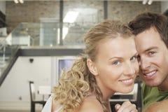 Pares jovenes románticos en casa Foto de archivo
