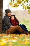 Pares jovenes románticos en el amor que se relaja al aire libre Fotografía de archivo
