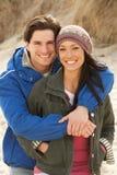 Pares jovenes románticos en la playa del invierno Fotos de archivo