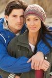 Pares jovenes románticos en la playa del invierno Imagenes de archivo